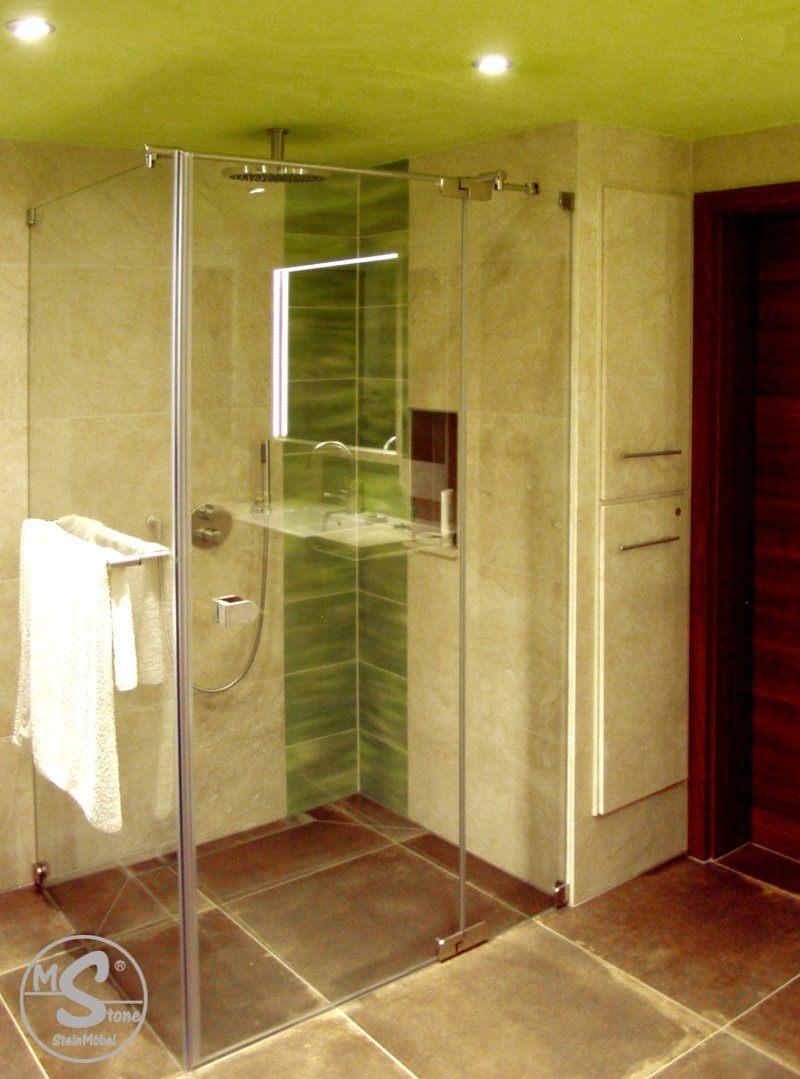 Hochschrank aus Stein hinter der Dusche