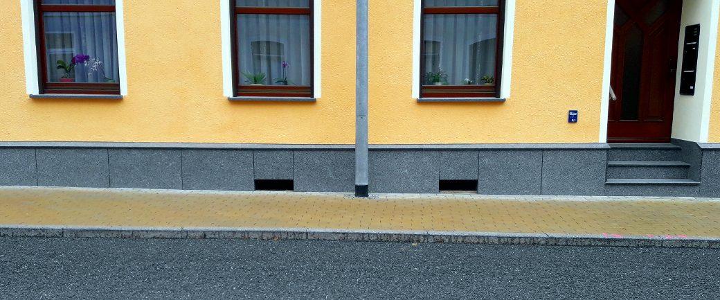 Komplettansicht eines vorgehängten Haussockels