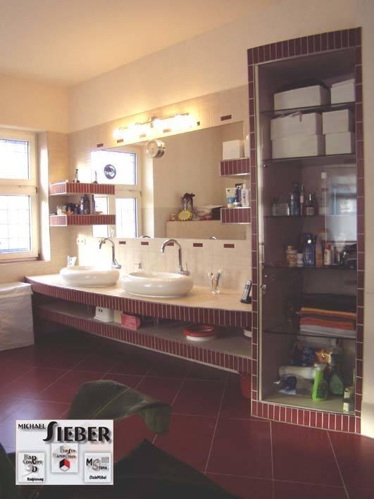 Waschplatz mit mehrfarbiger Fliesengestaltung