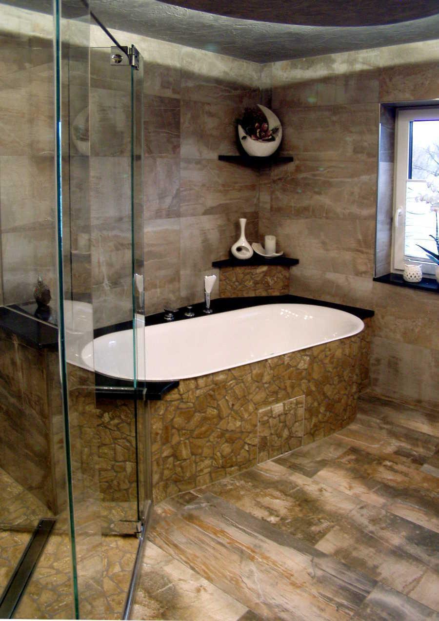 Dekorative Badewanne mit vielen Ablagen